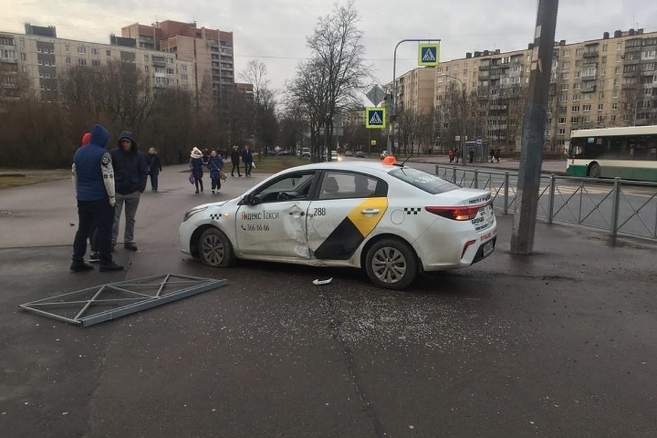 На перекрестке улиц Купчинской и Олеко Дундича такси вылетело на тротуар. Фото: vk.com/spb_today