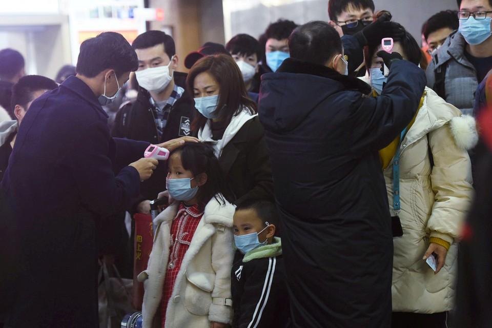 Проверка пасссажиров, прибывших на поезде из Уханя в Гуанчжоу.