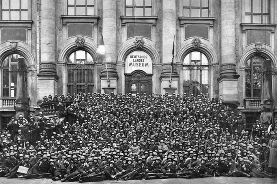 Подразделение латышских добровольцев перед отправкой на фронт. Рига, 1941 год.