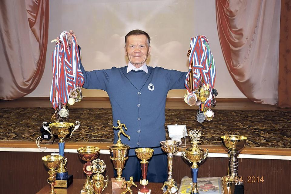 Вместо букета хронических болезней у Михаила Савельевича грозди медалей.