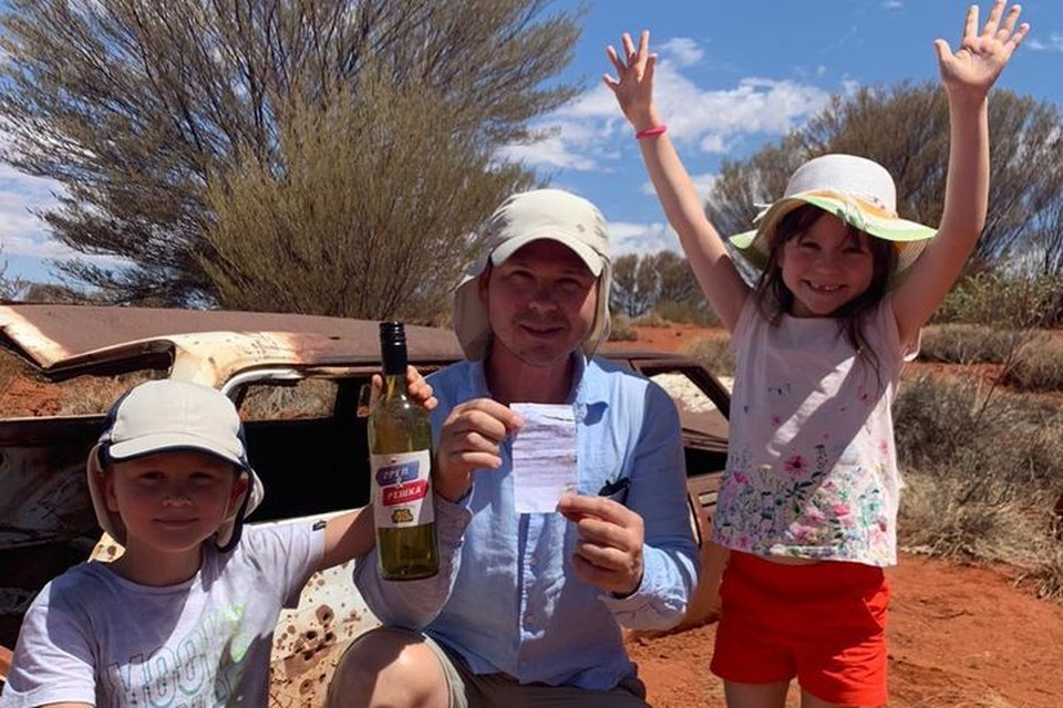 Жители Владивостока нашли спрятанную журналистами бутылку с деньгами в Австралии. Фото: предоставлено «КП-Владивосток» героями публикации