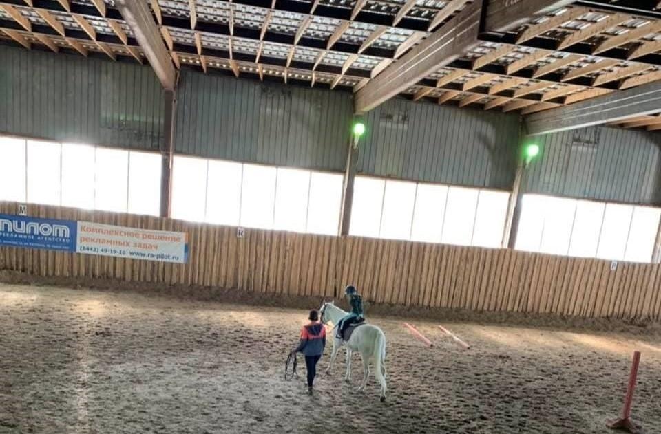 """Детишки учатся конно-спортивной езде в """"Сосновом бору""""."""