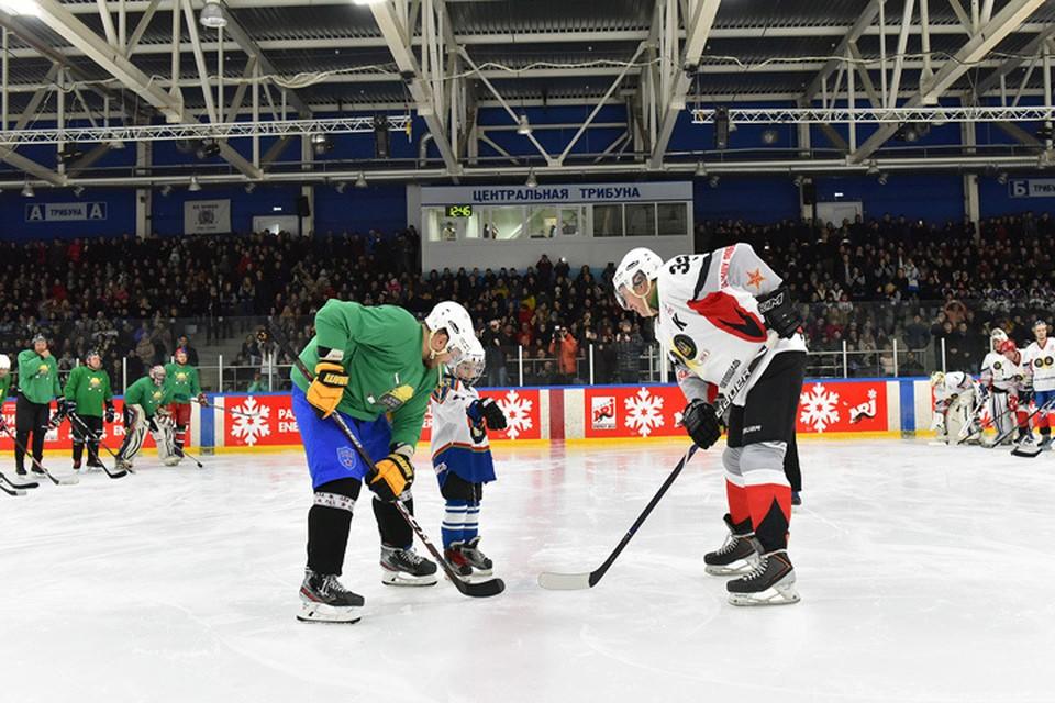 Вбрасывание шайбы провел самый юный участник движения «Хоккей для всех» - 5-летний Максим Гаврилов из Санкт-Петербурга.