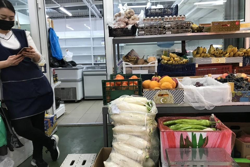 """На """"мокром"""" рынке продаются фрукты и овощи рядом с мадагаскарскими тараканами."""