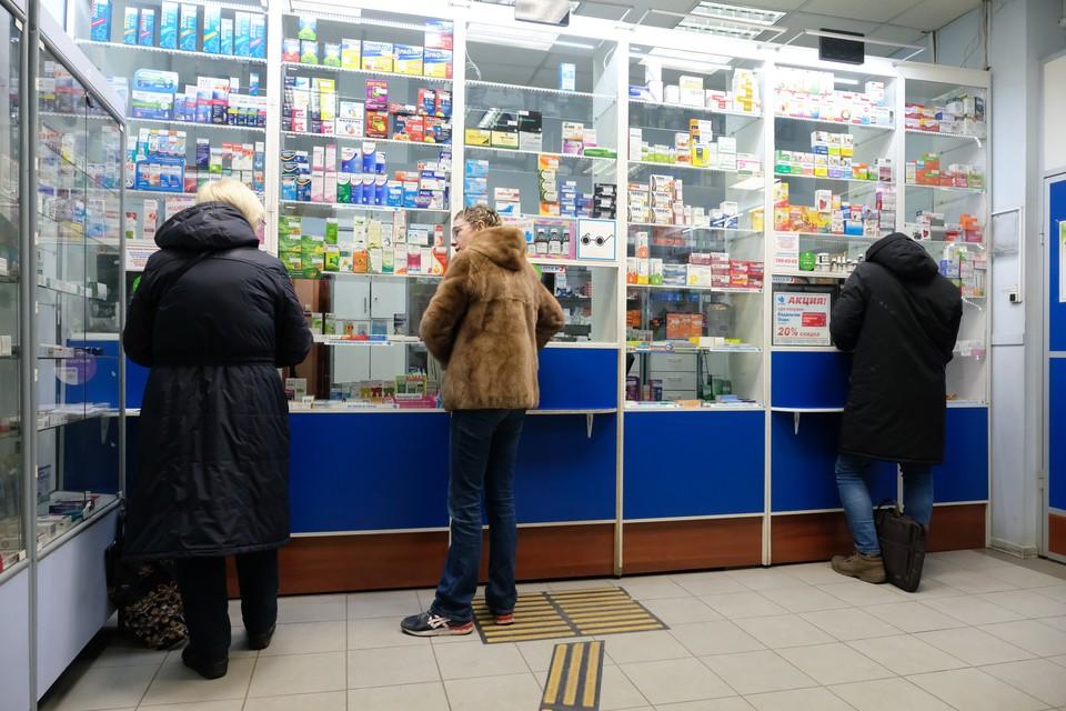 По данным комздрава, дефицита в аптеках, поликлиниках и больницах нет - на складах лежит около трех миллионов масок.