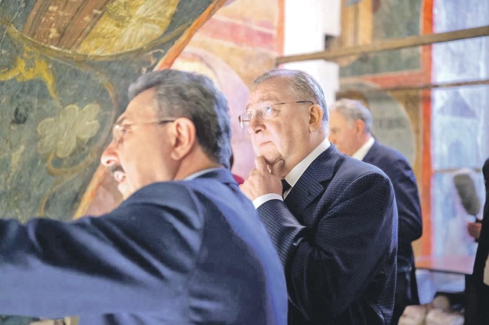 Президент ПАО «Транснефть» Николай Токарев (в центре) был поражен уникальными ранними фресками, находящимися за иконостасом в Похвальском приделе. Автор фото: Егор ГУСЕВ
