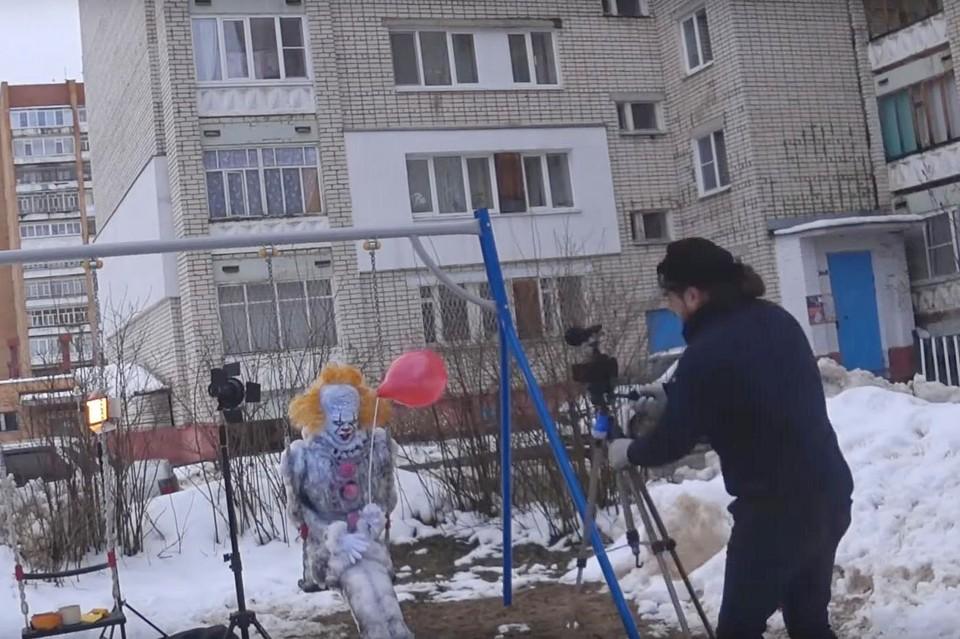 """Герой ужастика """"Оно"""" поселился под окнами жилого дома на улице Нестерова."""