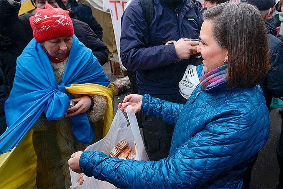 Виктория Нуланд, официальный представитель Госдепа США раздает на Майдане печенье