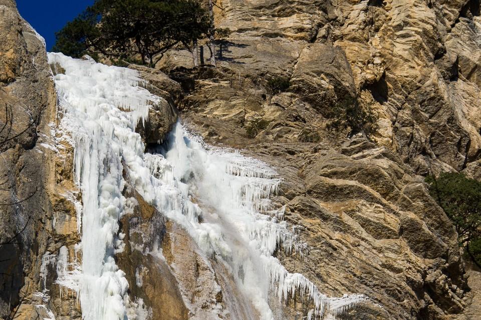 Самый высокий водопад на полуострове покрылся ледяной коркой