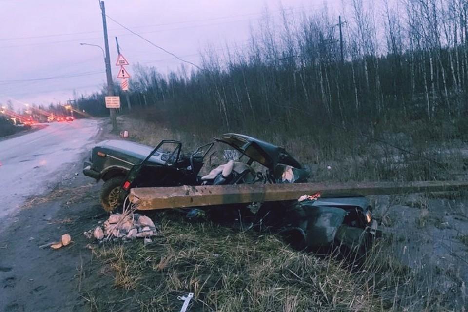 """В Колпино """"шестерка"""" снесла столб. Погиб пассажир машины. Фото: ВК """"Дорожный инспектор"""" / vk.com/dorinspb"""
