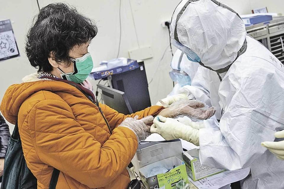 Врачи работают в костюмах биологической защиты, чтобы исключить возможность заражения.