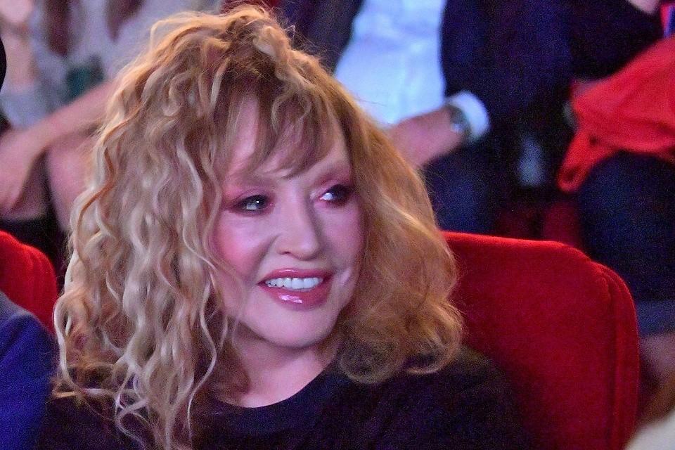 По мнению косметологов, Алла Борисовна регулярно поддерживает кожу инъекциями филлеров (препараты, разглаживающие морщинки).