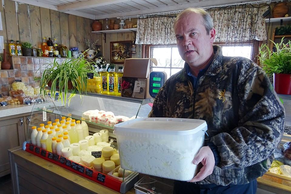 Как и многие его коллеги, фермер Валерий Ройгас не понимает, какой смысл в маркировке молочки.