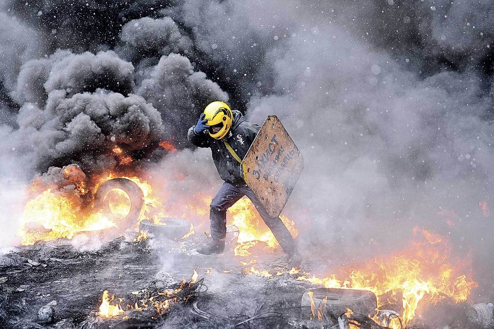 20 февраля 2014 года противостояние на майдане вступило в свою трагическую фазу. Вслед за «коктейлями Молотова» в силовиков и протестующих полетели пули. История страны пошла по самому пессимистичному сценарию. Фото: Burak Akbulut/Anadolu Agency/Getty Images