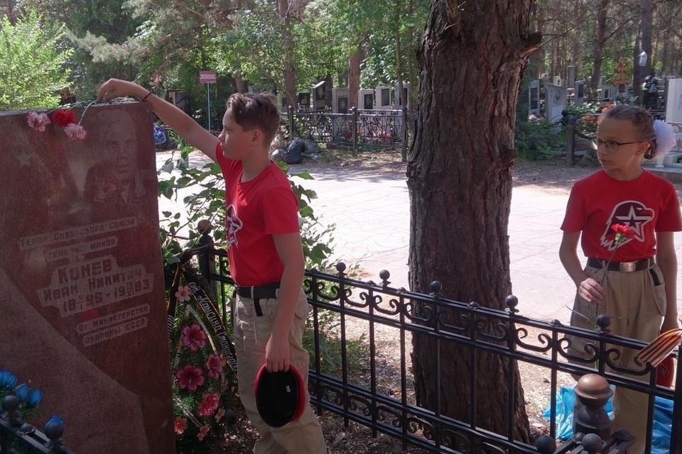 Юнармейцы приводят в порядок могилки, а теперь хотят отметить их, чтобы о ветеранах всегда помнили. Фото: https://vk.com/club179395423
