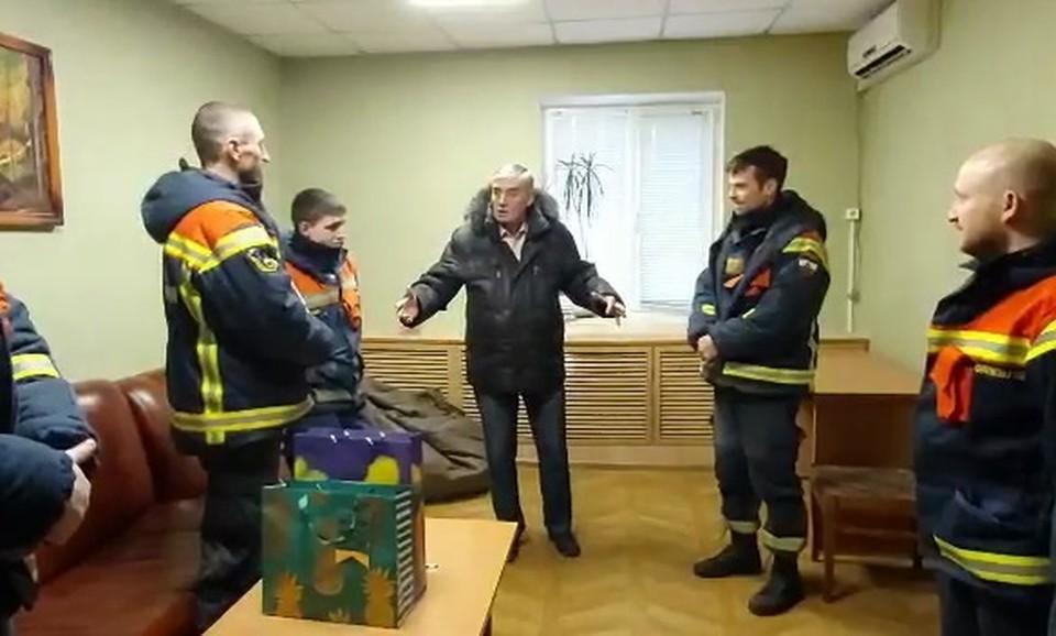 К спасателям редко приезжают спасенные с подарками