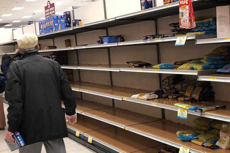 Пустые полки с макаронными изделиями в супермаркете. Фото: Оксана Дикарева