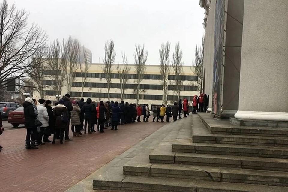 Очередь за билетами в театр в день старта продаж. Фото: Вадим Журавлев