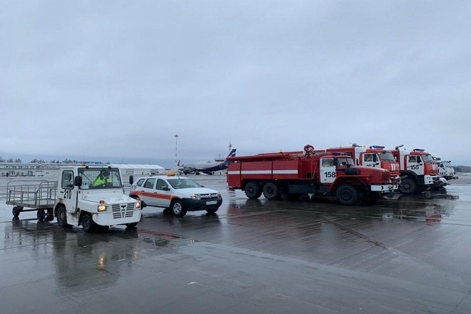 """На взлетно-посадочной полосе работают сотрудники МЧС, пожарные """"скорая помощь"""". Фото: пресс-служба аэропорта"""