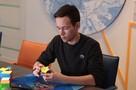 Ижевчанин собирает кубик Рубика за 6 секунд