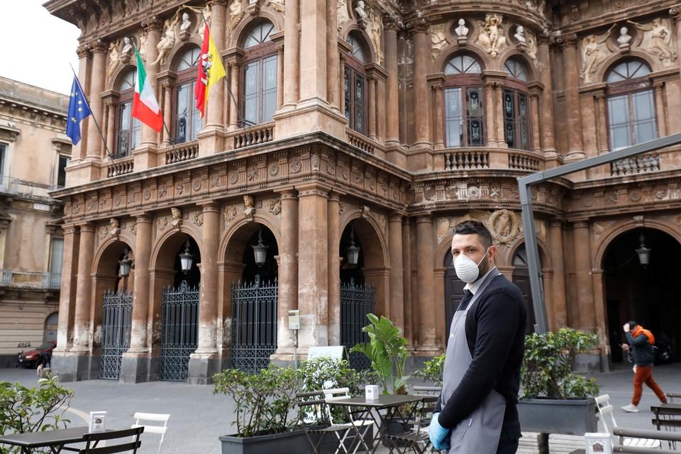 По всей Италии гражданам не рекомендуют покидать дома.