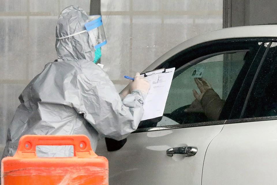 Мир постепенно привыкает жить в условиях пандемии опасного коронавируса.