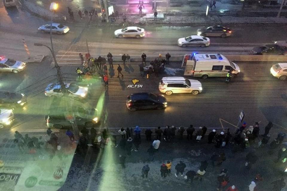 """Сибирячка за рулем Шевроле сбила двух пешеходов на площади Калинина. Фото: """"АСТ-54"""""""