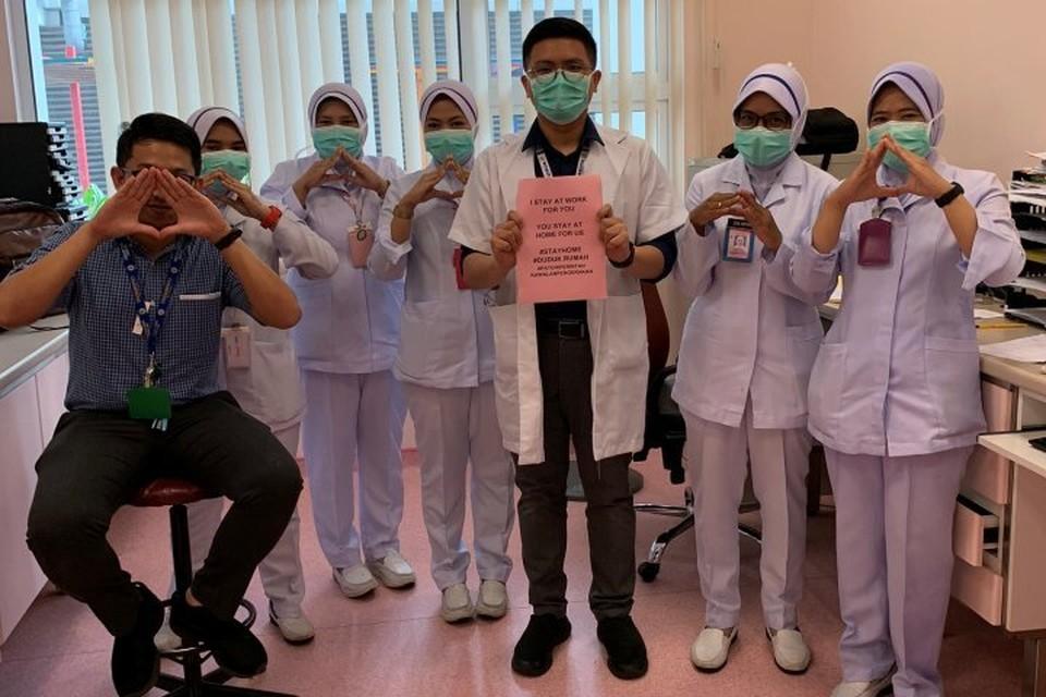 Первыми флэшмоб #StayAtHome запустили медики из Малайзии, вскоре к акции присоединились их коллеги по всему миру