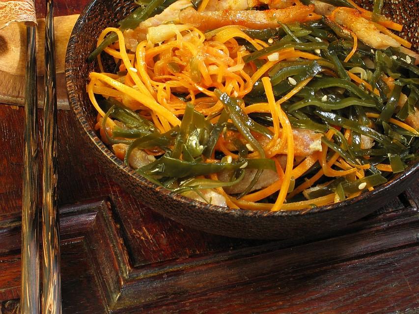 Морская водоросль в виде капусты в салатах или в виде сушёных чипсов поможет снизить риск сезонных простудных заболеваний
