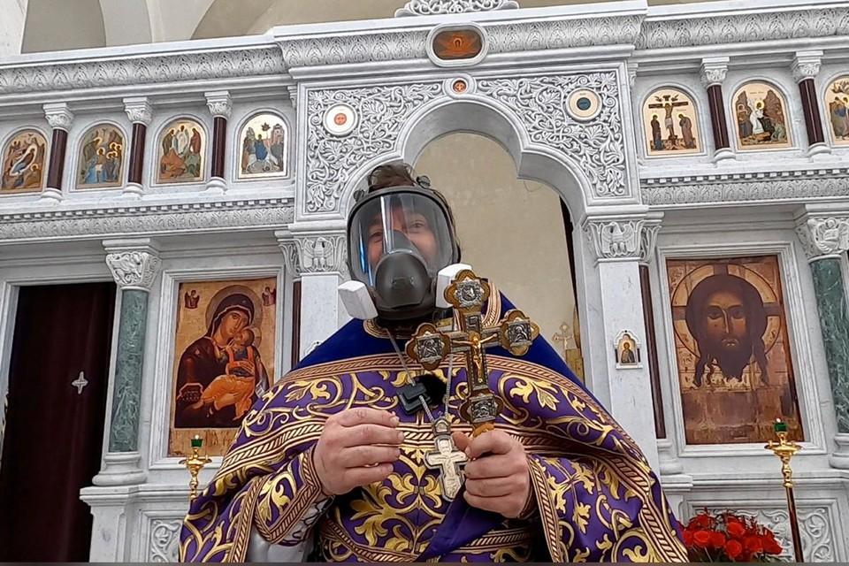Известный священник Андрей Ткачев вышел на проповедь в противогазе