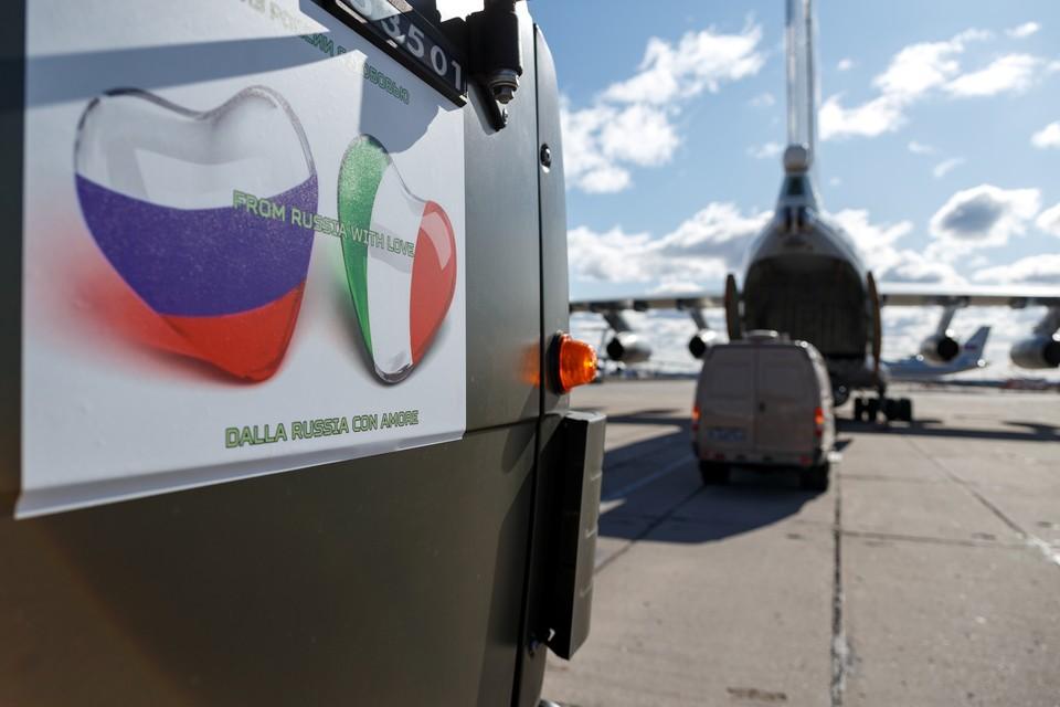 Наклейка на борту российского военного грузовика, отправившегося в Италию.