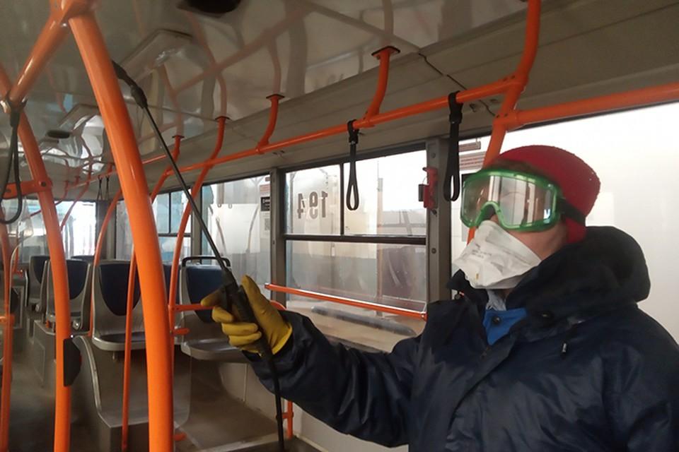 Автобусы и троллейбусы дезинфицируют в плащах, очках и масках.
