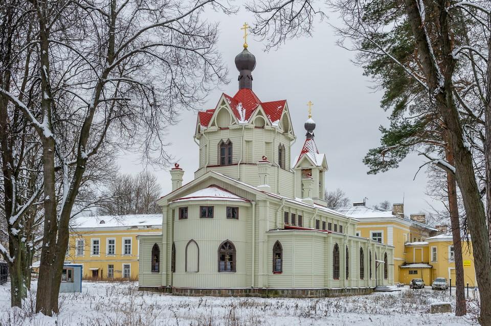 В Петербурге на неделю запретят ходить в храмы и парки.