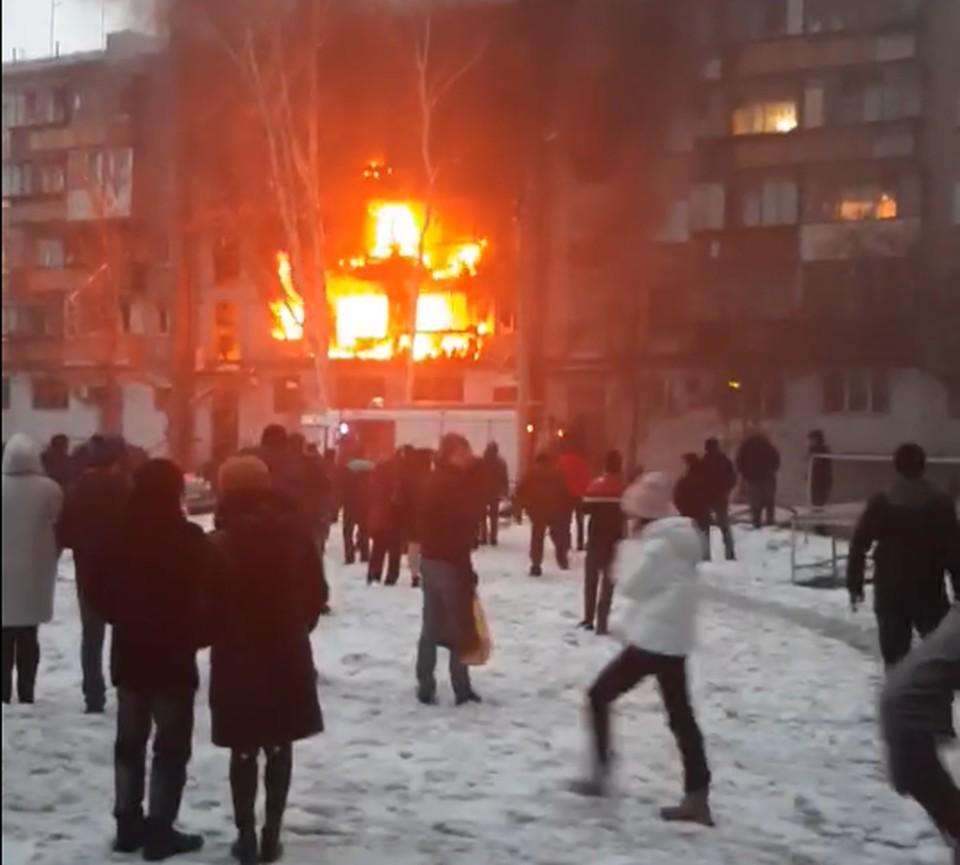 Огонь со второго этажа быстро перебрался на третий. Фото: читатель КП-Челябинск