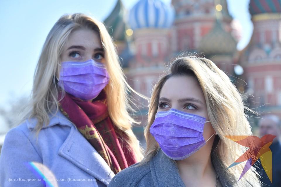Несмотря на рекомендации врачей и правительства, россияне продолжают гулять по улицам.