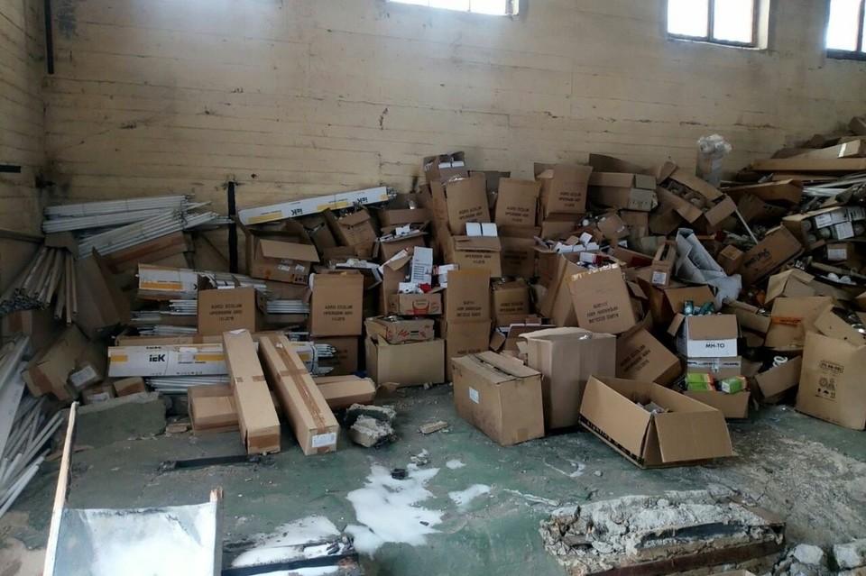 Отходы тайно хранились в одном из зданий бывшего предприятия. Фото: «Гражданский патруль»