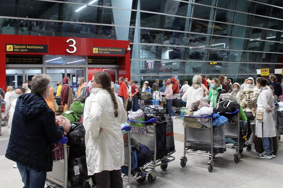 Российское посольство в Нью-Дели помогло гражданам России вернуться домой на специальном авиарейсе. Фото: Евгений Пахомов/ТАСС