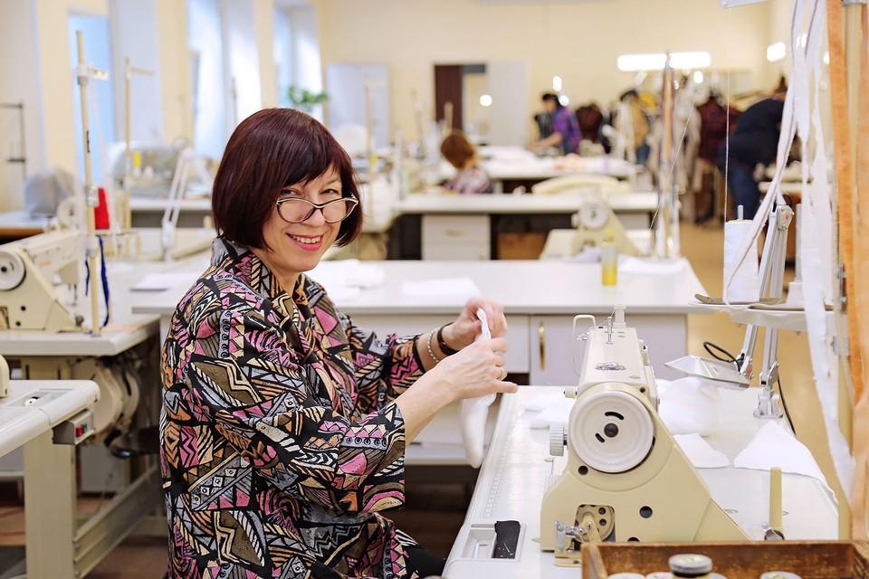 Швейная лаборатория ВГУЭС изготавливает медицинские маски. Фото: сайт ВГУЭС