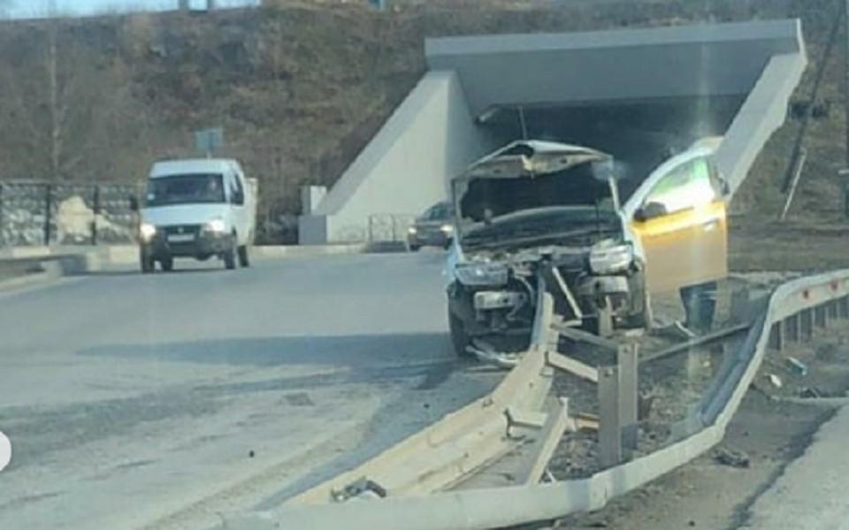 В результате столкновения у автомобиля сильно помялся капот.Фото: Instagram @chp_59