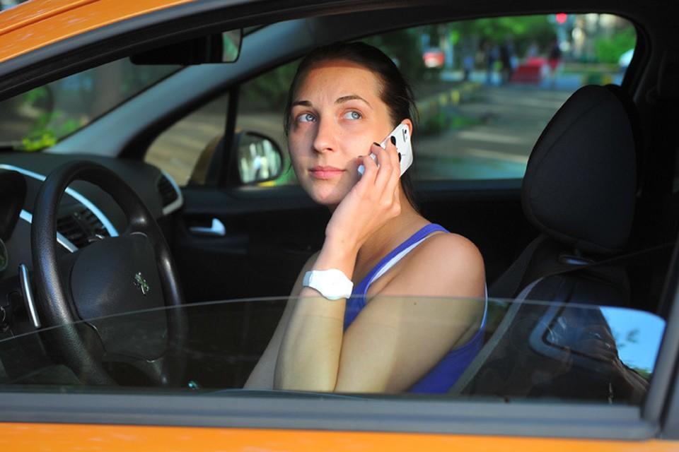 ГИБДД собирается выписывать автоматические штрафы за использование мобильников за рулем.