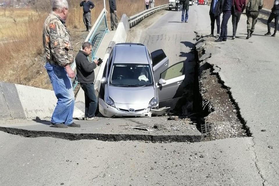 В момент происшествия на мосту находился автомобиль.Фото: предоставлено очевидцами