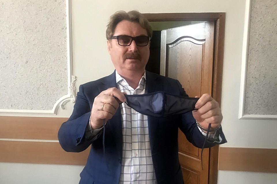 Глава Балашовского района Павел Петраков с маской местного производства