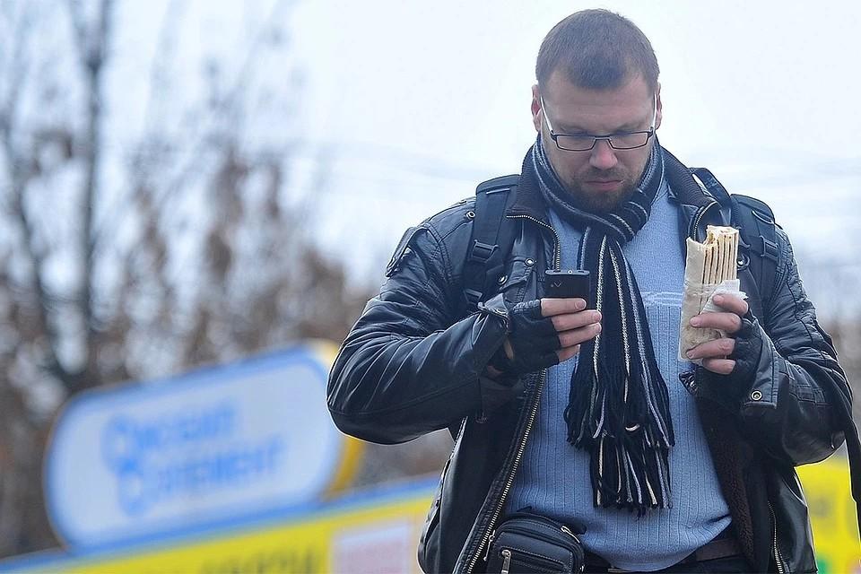 За соблюдением режима самоизоляции в странах, где уже введена система контроля, следят мобильные операторы.