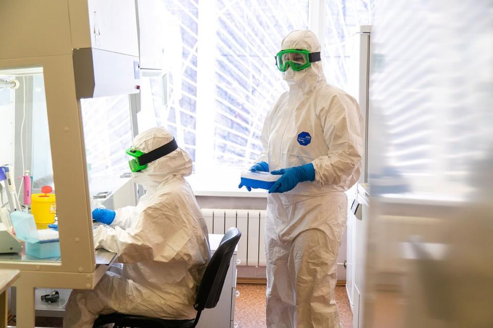 Эта болезнь обычно передаётся, когда вы прикасаетесь к чему-то инфицированному: к человеку или поверхности с вирусом.