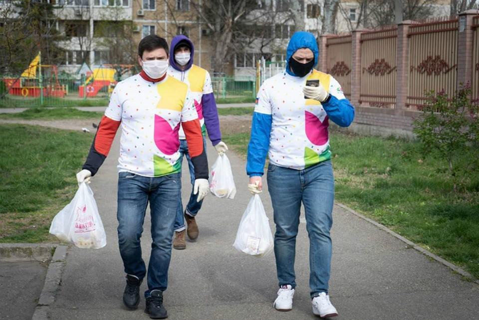 Волонтеры разносят продукты . Фото: Сергей Урайкин