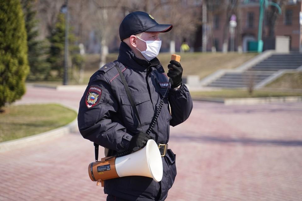 Сотрудники полиции просят людей не выходить из дома без надобности