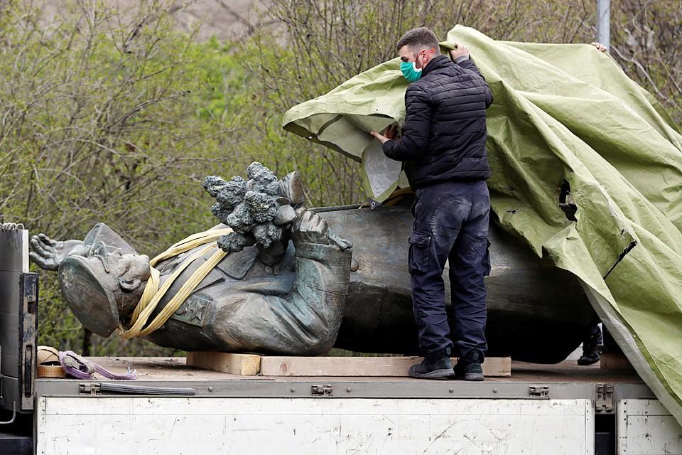 """Во время сноса один из местных управленцев заявил, что у скульптуры Конева """"не было маски"""""""