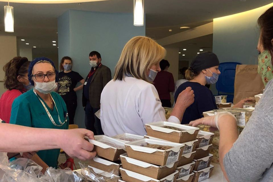 Владельцы больших и маленьких едален, которые и сами-то на грани разорения из-за пандемии, в едином порыве начали готовить и развозить бесплатные обеды по больницам