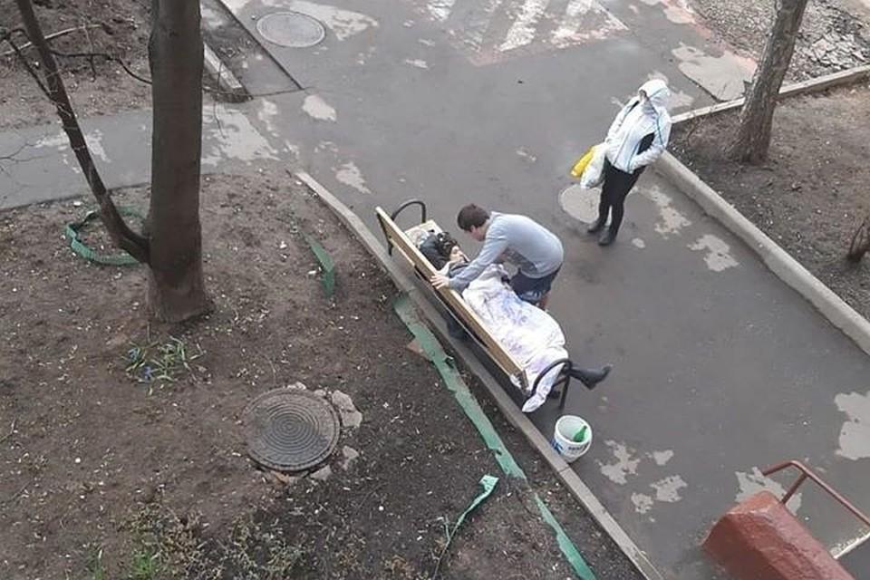 В Москве женщина вернулась из больницы и умерла на лавке возле подъезда