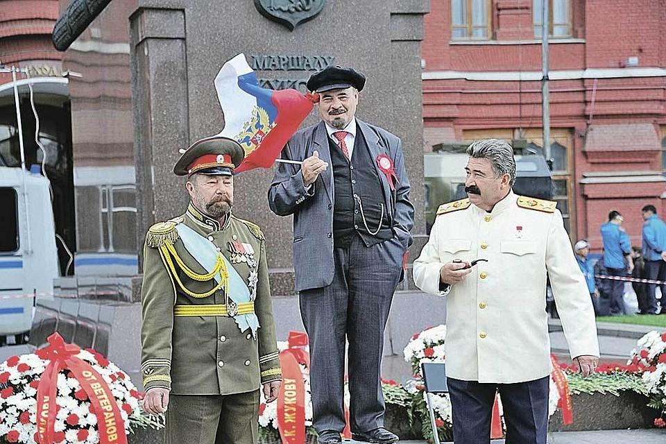I doppi di Lenin e Stalin (e per la compagnia di Nicola II) non rimarranno senza lavoro. Per i turisti, sono simboli storici della Russia.